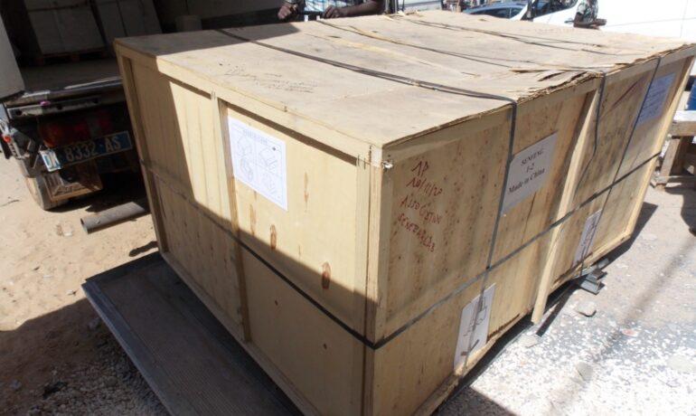Caisse de transport debarquee du camion au senfablab