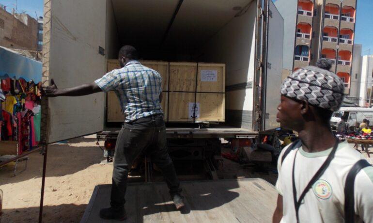 Débarquement caisson de transport decoupe laser senfablab Dakar.